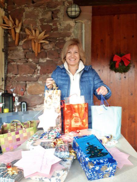 Ulrike Oettinger mit Weihnachtsgeschenken für Senioren